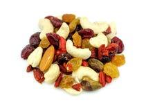 Primer macro de nueces mezcladas y de frutas secadas aisladas en blanco Fotografía de archivo libre de regalías