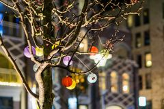 Primer macro de un árbol adornado con las linternas chinas en diversos colores foto de archivo