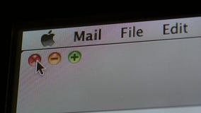 Primer macro del logotipo de los Apple Computer en menú del software metrajes