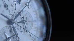 Primer macro del reloj de la mano Mida el tiempo del concepto