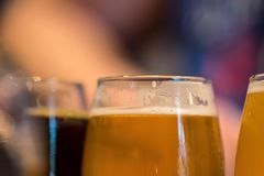 Primer macro del vuelo de la cerveza imágenes de archivo libres de regalías