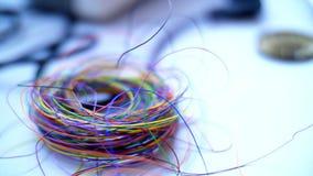 Primer, madeja de alambres coloridos los niños están encariñados con la robótica, programación, modelando Ellos juegos en el dise metrajes