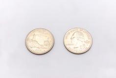 Primer a Maine State Symbol en moneda del dólar cuarto en el fondo blanco Fotos de archivo