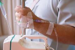 Primer Mano masculina con un dropper durante la quimioterapia en un hospital Mano con un dropper La salud es un tema de la salud imágenes de archivo libres de regalías
