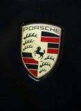 Primer metálico del logotipo de Porsche en el coche de Porsche Foto de archivo libre de regalías