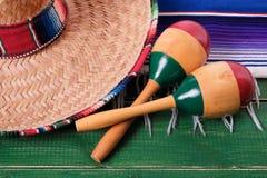 Primer mexicano de los maracas del sombrero del festival de Mayo del cinco de México fotos de archivo