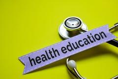 Primer mi salud con la inspiración del concepto del estetoscopio en la educación sanitaria amarilla del backgroundCloseup con ins foto de archivo libre de regalías