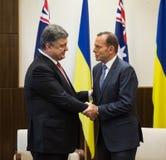 Primer ministro australiano Tony Abbott y presidente de Ucrania P Foto de archivo