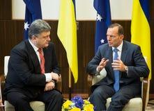 Primer ministro australiano Tony Abbott y presidente de Ucrania P Imagen de archivo