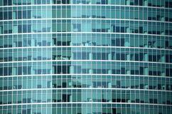 Primer moderno de la vista delantera de la pared de cristal del edificio de oficinas Fotos de archivo