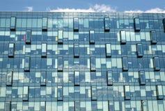 Primer moderno de la vista delantera de la pared de cristal del edificio de oficinas Foto de archivo