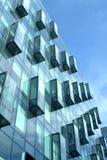 Primer moderno de la vista lateral de la pared de cristal del edificio de oficinas Foto de archivo libre de regalías