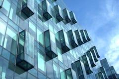 Primer moderno de la vista lateral de la pared de cristal del edificio de oficinas Imagenes de archivo