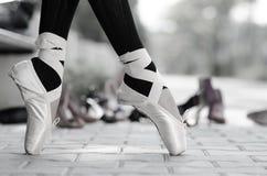 Primer monocromático del pies de las bailarinas en Pointe Imagenes de archivo