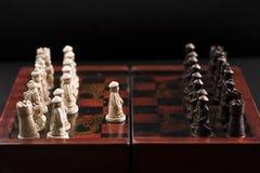 Primer movimiento de un juego de ajedrez Imágenes de archivo libres de regalías