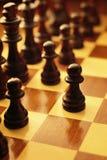 Primer movimiento en un juego del ajedrez Fotos de archivo