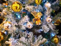 Primer muchas bolas brillantes de oro hermosas, balss de plata y MI Foto de archivo