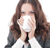 primer mujer de negocios acertada con una taza de café Fotos de archivo libres de regalías