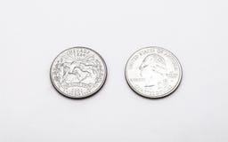 Primer a Nevada State Symbol en moneda del dólar cuarto en el fondo blanco Foto de archivo