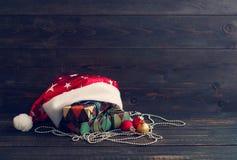 Primer nuevo Year& x27; juguete del árbol de abeto de s y cajas festivas en documento colorido sobre un fondo de madera Foto de archivo