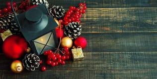 Primer nuevo Year& x27; juguetes y palmatoria del árbol de abeto de s en un fondo de madera Imagen de archivo libre de regalías