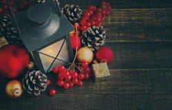 Primer nuevo Year& x27; juguetes y palmatoria del árbol de abeto de s en un fondo de madera Foto de archivo libre de regalías