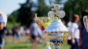 Primer, oro hermoso y tazas de la plata, premios para la competencia de ciclo al aire libre almacen de metraje de vídeo