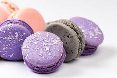 Primer púrpura, gris y rosado francés de los macarons, vista lateral fotos de archivo libres de regalías