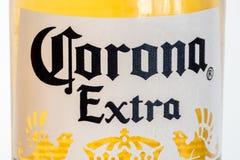 Primer para el logotipo de Corona Extra en la botella Corona Extra es cerveza dorada pálida producida por Cerveceria Modelo en M fotos de archivo