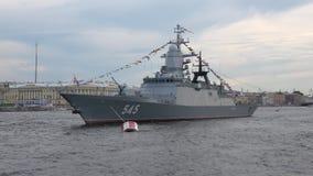 Primer persistente del ` del ` de la nave de patrulla Preparación celebrar día de la marina de guerra en St Petersburg metrajes