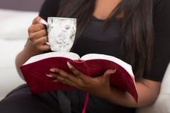 Primer piadoso solitario del estudio de la biblia fotos de archivo libres de regalías