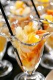 primer Postre con los pedazos de fruta Comida fría del desayuno del hotel de la mañana Cóctel de la fruta de postre en tazas Foto de archivo libre de regalías