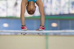 Primer principal de las manos de las barrases paralelas del gimnasta Fotografía de archivo