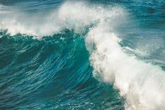 Primer que salpica, ola oceánica de caída bali imagen de archivo
