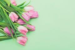 Primer ramo de la primavera de tulipanes rosados en espacio verde claro de la copia de la opinión superior del fondo Fotografía de archivo libre de regalías