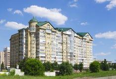 Primer residencial de varios pisos moderno de la casa, Omsk, Rusia Fotos de archivo libres de regalías