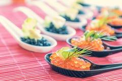 Primer rojo y negro delicioso de los pescados del caviar en blanco y negro Fotos de archivo