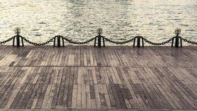 Primer romántico del terraplén, de la cerca y del agua Foto de archivo libre de regalías