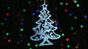 Primer, rotación de una ejecución azul del árbol de navidad en una cuerda de plata Decoración de la Navidad y del Año Nuevo metrajes