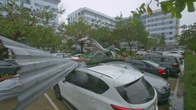 Primer roto cubriendo mentira de los pedazos en los coches después de huracán