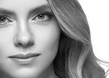 Primer rubio del retrato de la cara del headshot de la mujer blanco y negro imagenes de archivo
