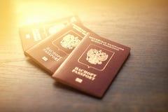 Primer ruso de los pasaportes en la tabla de madera fotografía de archivo