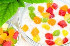 Primer sano de la harina de avena con la fruta escarchada colorida Imagenes de archivo