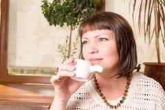 Primer Sip Retrato de una mujer joven que bebe su café de la mañana sobre un desayuno en la cocina fotografía de archivo libre de regalías