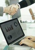 primer socios financieros del apretón de manos de la imagen de fondo Foto de archivo libre de regalías