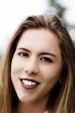Primer sonriente al aire libre del retrato de la mujer caucásica adolescente Imágenes de archivo libres de regalías
