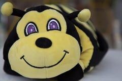 Primer sonriente de la abeja linda del juguete Fotos de archivo
