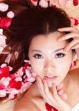 Primer sonriente de la muchacha de la belleza con el fondo color de rosa Fotografía de archivo libre de regalías