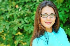 Primer sonriente del retrato de la muchacha del estudiante al aire libre Fotos de archivo libres de regalías