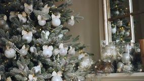 Primer tirado de árbol artificial impresionante del Año Nuevo con las bolas de plata hermosas que cuelgan en sus ramas y luces almacen de video